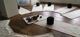 Holdtræning med klangmeditation - indre ro fra top til tå - Mybodyandmind x151
